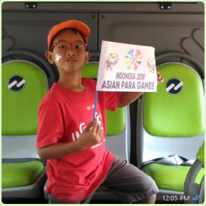 Prema, di bus Transjakarta yang mengantarkan kami ke GBK dalam perhelatan Asian Para Games